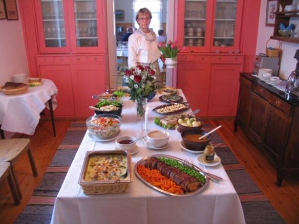 Hyvölä päärakennus ruokapöytä 2