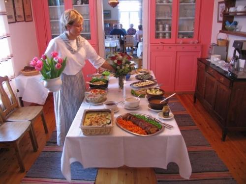 Hyvölä päärakennus ruokapöytä